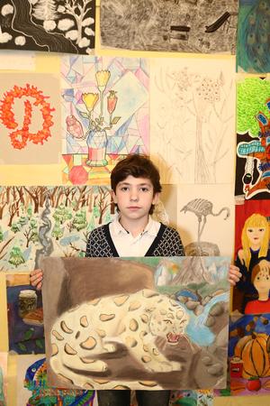 prodigy: MOSKWA, 24 grudnia 2015: Niezidentyfikowany sztuki school student Chłopiec uczestniczyć w końcowej wystawy malarstwa pod koniec trymestru szkolnego w Rosji Moskwa, 24 grudnia 2015 Publikacyjne