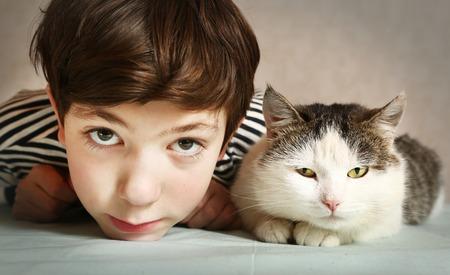 Preteen knappe jongen met Siberische tom kat close-up portret Stockfoto - 50999627