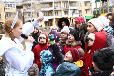 childen: MOSCOW, DECEMBER 26, 2015: Childen participate in Christmas animated event with Father Frost and other fairy tale characters. Thay play games and get presents in Moscow, December 26, 2015 Russia Editorial