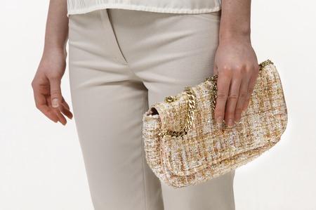 vrouwen koppeling embroud met glitters en cristall close-up foto in handen geïsoleerd op wit