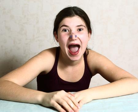 Gesynchroniseerd zwemmen tiener teamlid meisje close-up portret in neus clip