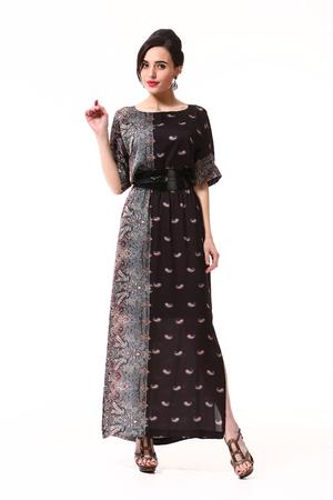 Indiase Aziatische zakelijke brunette vrouw met opgestoken kapsel in kant formele zwarte jurk met hoge hakken permanent volledige lichaam op een witte terug bekijken