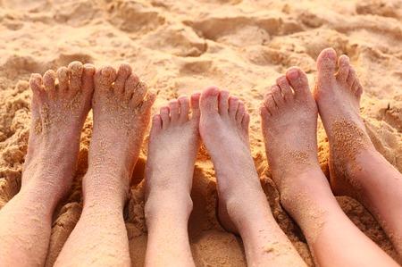 los pies descalzos en la playa de arena de cerca la foto