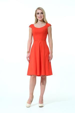 blond Slavische business executive vrouw met steil haar stijl in de zomer kantoor rode mouwloze jurk met hoge hakken te gaan full body lengte op een witte
