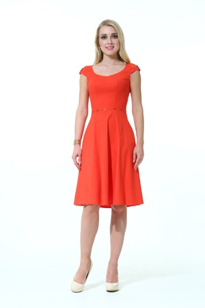 blond slawische Führungskraft eine Frau mit glattem Haar Stil im Sommer Büro roten ärmelloses Kleid Schuhen mit hohen Absätzen voller Körperlänge getrennt auf Weiß gehen
