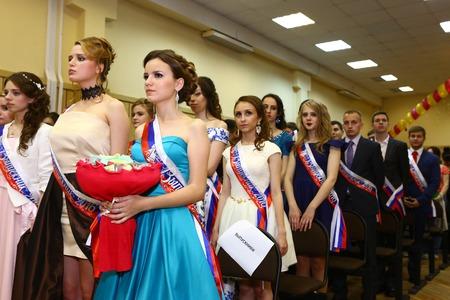 莫斯科,俄罗斯 -  2016年6月24日:在正式礼服和衣服的未认出的学校学生招呼他们的老师在庄严毕业聚会节日节日。