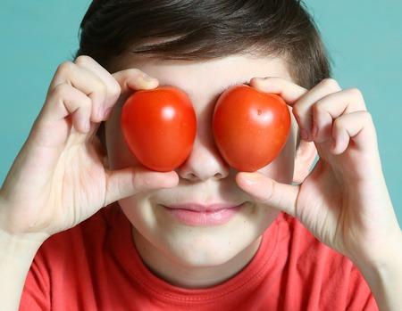 preteen jongen met de foto van tomatenglazen dicht omhoog