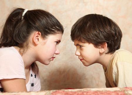 Broers en zussen koppelen broer en zus in conflict Stockfoto