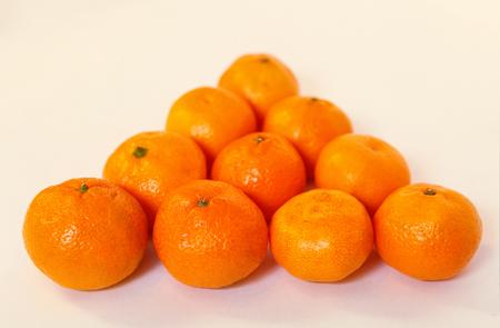 tangerines fraîches pelées dans un bol tangerines fraîches dans un triangle à la table de billard