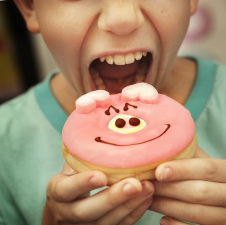 preteen door eten donut met varkens glazuur close-up