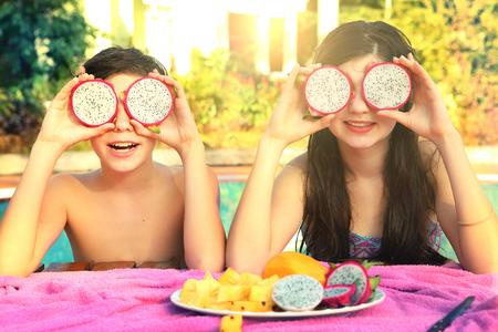 teen jongen en meisje met dragon fruit cirkel