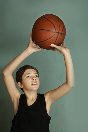 Muchacho del teeb con la bola del baloncesto Foto de archivo - 72958878