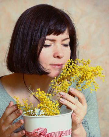 Madre con fiori di mimosa presentata nel giorno dei womans