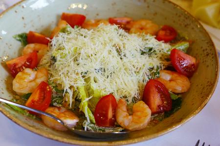 gemengde salade met garnalen tomaat kaas groenten