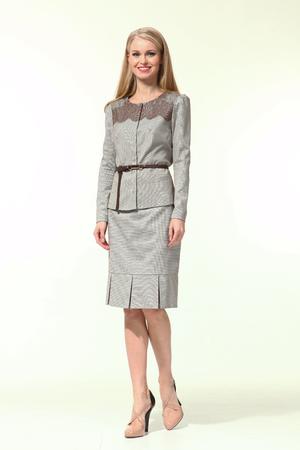 blonde zakelijke vrouw in de officiële linnen riem jurk schoenen met hoge hakken full body portret geïsoleerd op wit