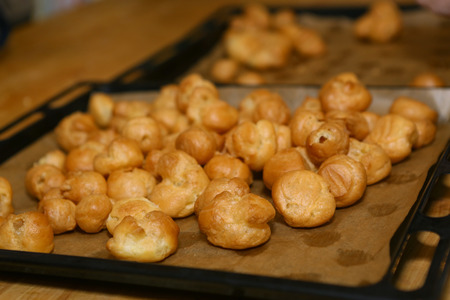 Profiterols cooking lesson close up photo on kitchen interior Banque d'images