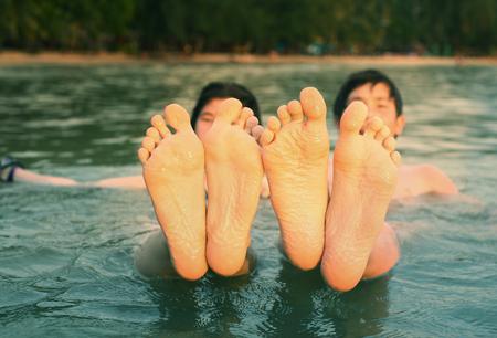 Kinder Teenager Füße Nahaufnahme Foto im Meer am tropischen Strand