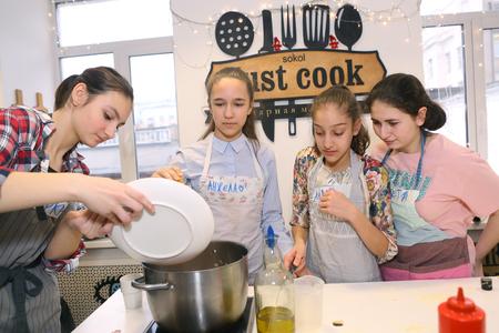 Moscou, Russie, 21 novembre 2017: enfants adolescents non identifiés cuisson des pâtes sur la classe de maître culinaire - heureux événement, consacré à la fin du semestre scolaire à Moscou. Éditoriale