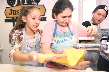 Moscou, Russie, 21 novembre 2017: enfants adolescents non identifiés cuisson des pâtes sur la classe de maître culinaire - heureux événement, consacré à la fin du semestre scolaire à Moscou.