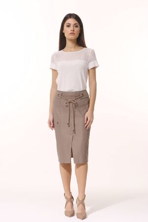 Indian business woman executive posing in formal split skirt and t-shirt high heels sandals Banque d'images - 149586412