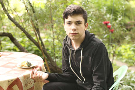 teenager handsome boy dining outdoor close up portrait Banque d'images