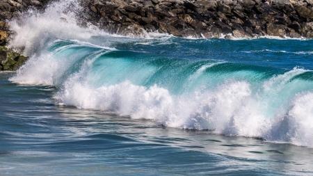balboa: Big wave rolling towards the shore, Balboa Peninsula, Newport California Stock Photo