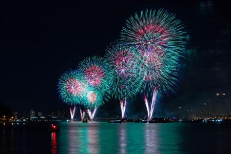 dia noche: 4 de julio fuegos artificiales sobre el r�o Hudson, Nueva York Foto de archivo