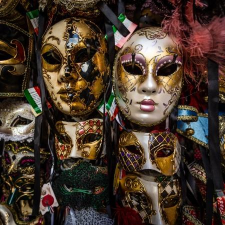 mascaras de carnaval: De pie, con las m�scaras del carnaval de Venecia Foto de archivo
