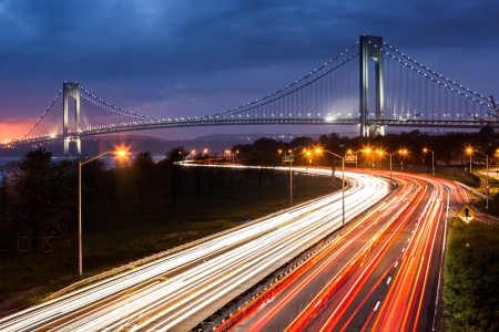 Verrazano Narrows Bridge por encima de los rastros de la luz del tr�fico de Belt Parkway photo