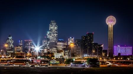 リユニオン ・ タワーとバンクオブ アメリカのダラス、アメリカ合衆国の他の高層ビルの間で夜のダラスのスカイライン 報道画像