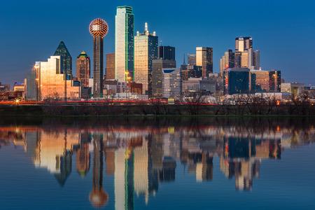 Dallas Skyline spiegelt sich in Trinity River bei Sonnenuntergang