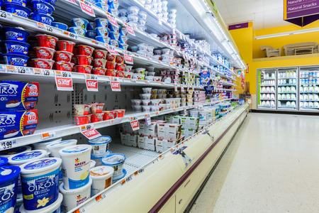 Kultivierte Milchprodukte Gang in einem amerikanischen Supermarkt Standard-Bild - 27653800