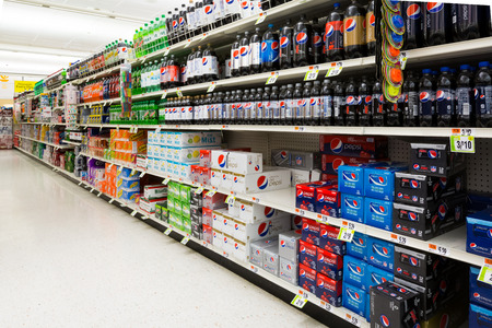 アメリカのスーパー マーケットでソフトド リンク通路