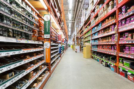 Gang in einem Home Depot Baumarkt Home Depot jährlich ist die größte amerikanische Baumarktkette mit mehr als 120 Millionen Besucher Standard-Bild - 28436224
