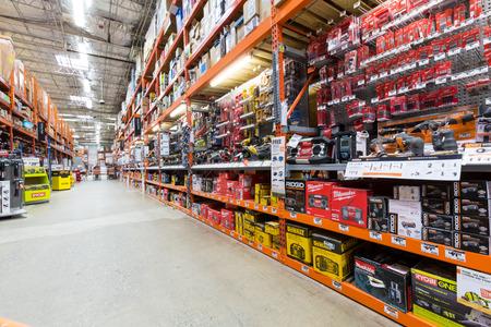 Les outils électriques allée dans un magasin de matériel Home Depot Home Depot est le plus grand américain détaillant de rénovation domiciliaire Éditoriale