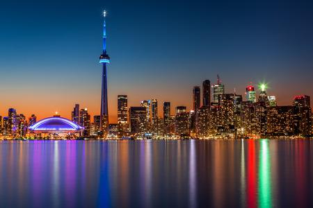 Toronto skyline in de schemering, bekeken vanuit Toronto Island Park Stockfoto