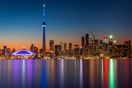 Toronto skyline at dusk, viewed from Toronto Island park Standard-Bild