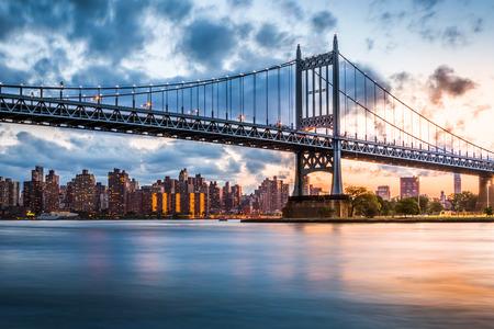 paisaje: Robert F Kennedy Bridge también conocido como puente Triboro al atardecer, en Queens, Nueva York