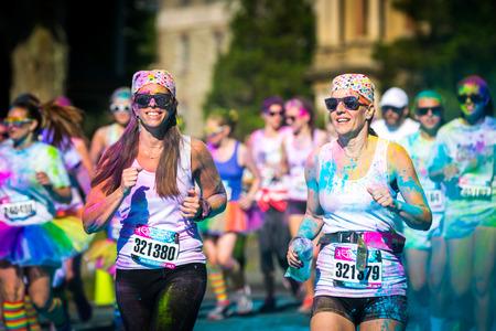 女性カップル実行モリスタウン、ニュージャージー色の雰囲気の色バイブ 5 K レースは楽しい実行に沿って粉色の受賞者や賞品にランナーがシャワー
