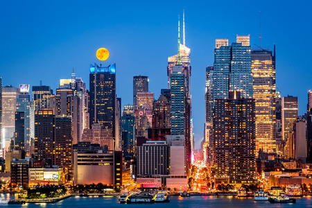 rise above: Super Moon rise above the midtown Manhattan skyline Stock Photo