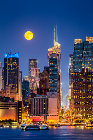 rise above: Super Moon rise above the midtown Manhattan skyscrapers