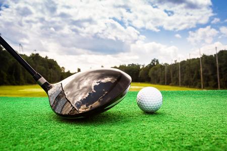 ゴルフ ボールとドライビング レンジにゴルフ木材のクローズ アップ 写真素材