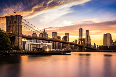 Brooklyn Bridge at sunset viewed from Brooklyn Bridge park 스톡 콘텐츠