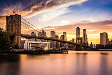 libertad: Puente de Brooklyn al atardecer visto desde el parque del puente de Brooklyn Foto de archivo