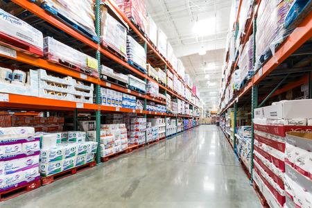 냅킨, 수건 및 기타 종이 제품과 코스트코 매장의 통로. 코스트코 공사, 회원 전용 창고 클럽은, 미국에서 두 번째로 큰 소매 업체입니다.