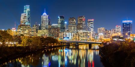 夜フィラデルフィア都市景観パノラマ。スクールキル川は、カラフルな高層ビルを反映しています。