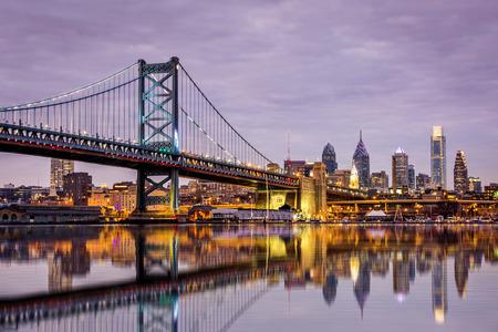 ベンフランクリン橋と紫 sunsetz の下で、フィラデルフィアのスカイライン
