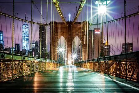 Empty passerella pedonale Ponte di Brooklyn prima dell'alba Archivio Fotografico - 34901544