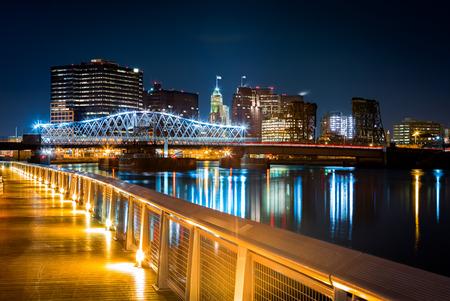 Newark, NJ cityscape by night, viewed from Riverbank park. Jackson street bridge, illuminated, spans the Passaic River 스톡 콘텐츠