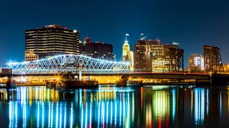 川岸公園から眺める夜のニューアーク、ニュージャージー州街並み。Jackson ストリート ブリッジ、点灯、パセーイク川にまたがる 写真素材